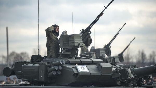 Tanki T-90A mehanizirovannoй kolonnы voйsk Moskovskogo garnizona Centralьnogo voennogo okruga vo vremя trenirovki k voennomu paradu, posvящennomu 71-й godovщine Pobedы v Velikoй Otečestvennoй voйne - Sputnik Srbija