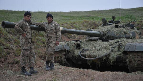 Dobrovoljci u blizini karabaškog tenka u zoni sukoba u Nagorno-Karabahu - Sputnik Srbija