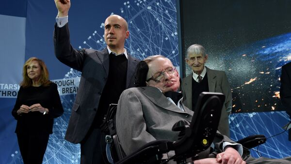 Engleski kosmolog Stiven Hoking i ruski kompjuterski milijarder Jurij Milner - Sputnik Srbija
