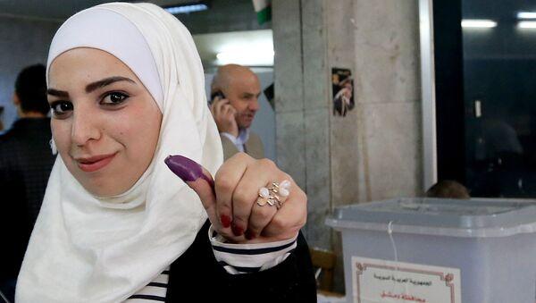 Држављанка Сирије гласа на парламентарним изборима - Sputnik Србија
