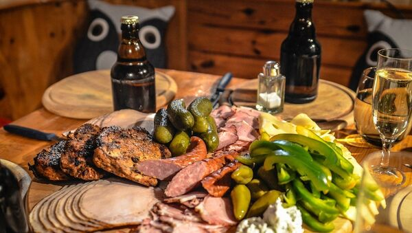 Na kremaljskoj trpezi mogu se naći sve vrsta mesa, ribe, nemasni sirevi, salate, brojna predjela, variva i prilozi, a čak je dozvoljena i čaša vina ili votke dnevno. - Sputnik Srbija