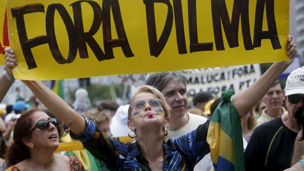 """Transparent sa natpisom """"Dilma napolje"""" na demonstracijama protiv brazilske predsednice Dilme Rusef u Rio de Žaneiru - Sputnik Srbija"""