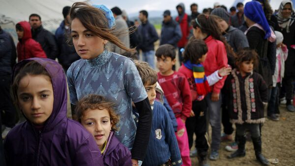 Избеглице у реду за чај у избегличком кампу у грчком Идоменију у близини грчко-македонске границе - Sputnik Србија