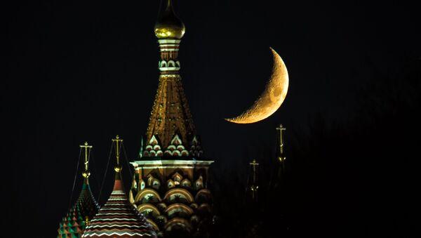 Месец над Храмом Василија Блаженог на Црвеном тргу у Москви - Sputnik Србија