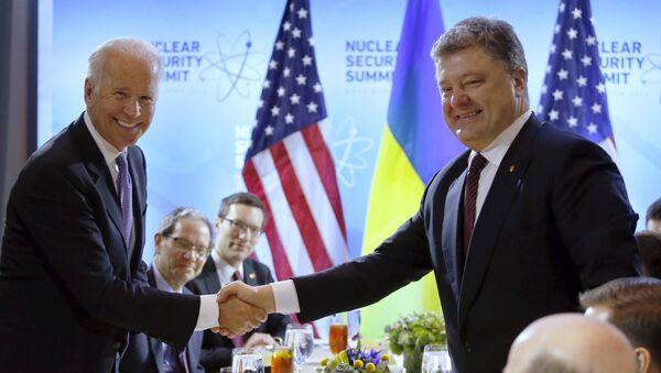 Потпредседник САД Џо Бајден и председник Украјине Петро Порошенко - Sputnik Србија