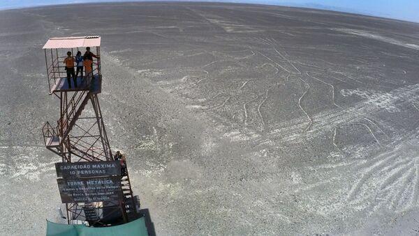 Туристи посматрају Наска линије у Перуу. Ови геоглифи могу да се виде само са врхова околних планина или из авиона - Sputnik Србија