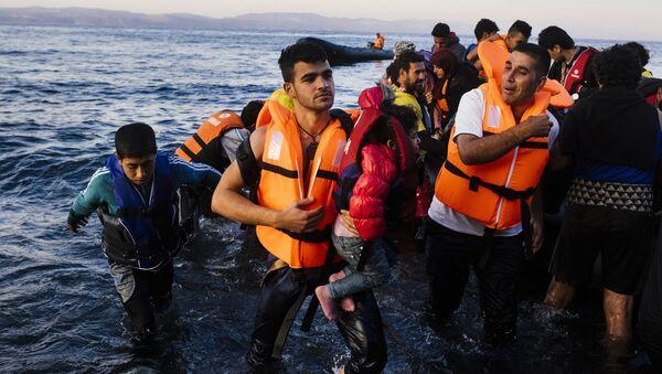 Migranti i izbeglice pristižu na grčko ostrvo Lezbos - Sputnik Srbija