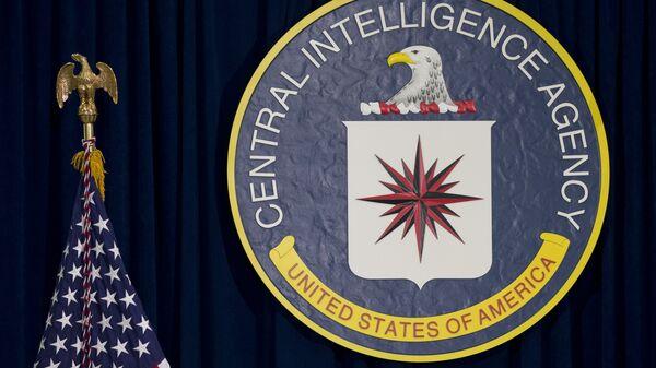 Лого Централне обавештајне агенције (ЦИА) и америчка застава - Sputnik Србија