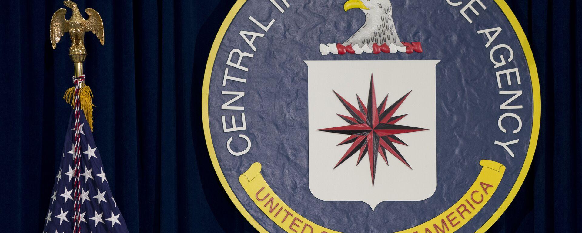 Лого Централне обавештајне агенције (ЦИА) и америчка застава - Sputnik Србија, 1920, 29.09.2021