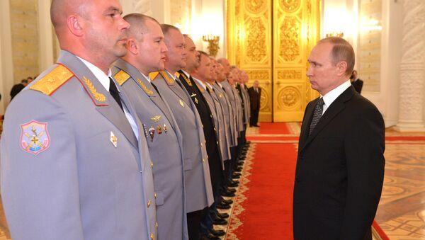 Ruski predsednik Vladimir Putin obraća se novim oficirima - Sputnik Srbija