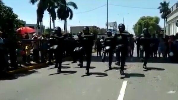 Policajci plešu na ulici - Sputnik Srbija