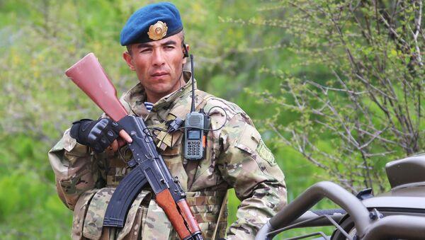 """Vojnik tadžikistanske vojske tokom zajedničkih vojnih vežbi obaveštajaca država-članica ODKB-a """"Potraga 2016"""", koje se održavaju u Tadžikistanu. - Sputnik Srbija"""