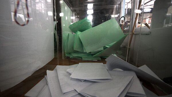 Гласачки листићи. У Србији су данас почели ванредни парламентарни и редовни покрајински и локални избори - Sputnik Србија