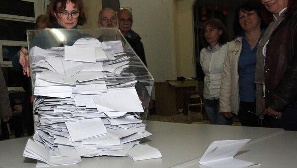 Бројање гласова на једном од изборних места у Новом Саду - Sputnik Србија