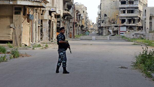 Полицајац дежура на улицама Хомса у Сирији - Sputnik Србија