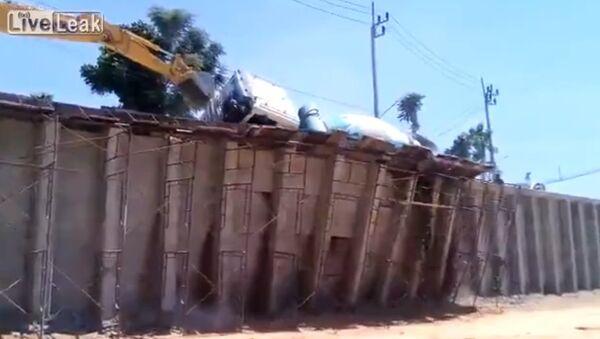 Cement Mixer Falls off Construction Ramp - Sputnik Србија