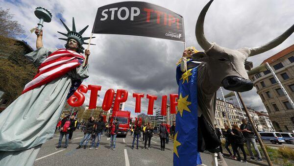 Демонстранти на демонстрацијама против ТТИП-а у Хановеру, 23. априла, прилоком посете Барака Обаме; Немачка - Sputnik Србија