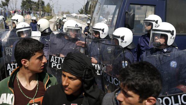 Грчка полиција и мигранти - илустрација - Sputnik Србија