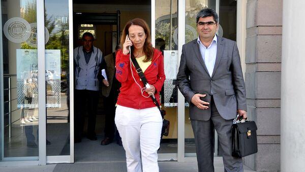 Holandska novinarka Ebru Umar sa advokatom napušta policijsku stanicu u Kušadasiju nakon što je zadržana zbog tvita u kojem kritikuje turskog predsednika Redžepa Erdogana - Sputnik Srbija