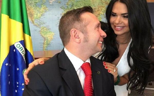Novi ministar turizma Brazila, Alesandro Teišeira je pozirao sa svojom ženom, Milenom Santos mis SAD iz  2013. godine - Sputnik Srbija