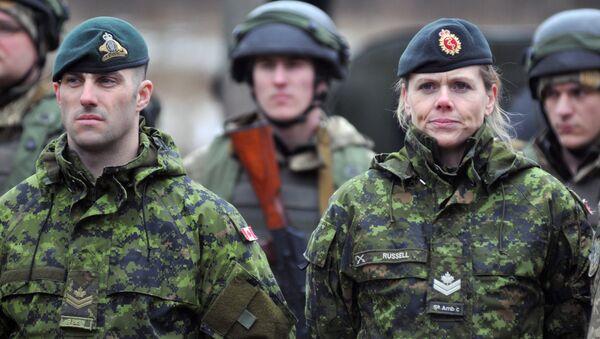 Канадски војни инструктори и украјински војници током војних вежби у региону Лавов - Sputnik Србија