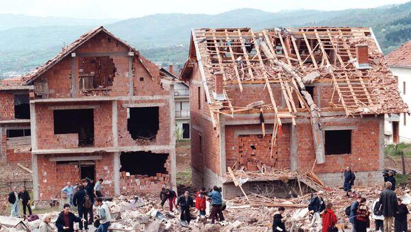 Људи шетају поред рушевина, када је ракета погодила стамбени део Сурдулице, а том приликом је погинуло 17 цивила, 28.априла 1999. године - Sputnik Србија