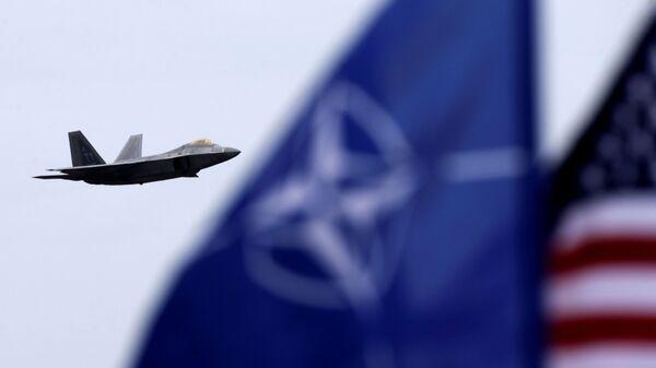 """Američki lovac F-22 """"raptor"""" sa zastavama NATO-a i SAD - Sputnik Srbija"""