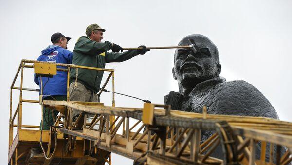 Чишћење скулптуре Лењина у Новосибирску - Sputnik Србија