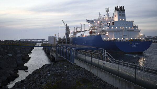 Танкер са течним природним гасом из САД у луци у Португалији - Sputnik Србија
