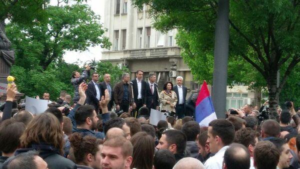 Lideri opozicije na bini ispred zgrade RIK-a. - Sputnik Srbija