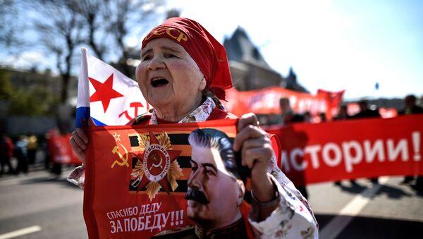 Симпатизер руске Комунистичке партије током првомајских демонстрација у Москви - Sputnik Србија