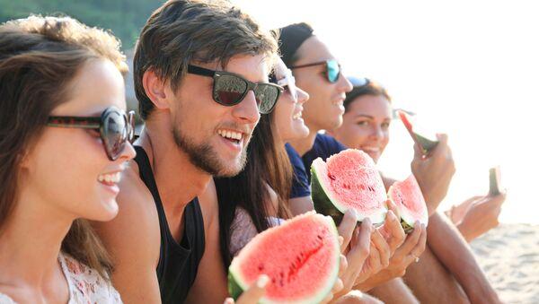 Društvo jede lubenicu na plaži - Sputnik Srbija