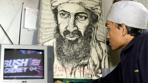 Индонезијска муслиманска омладина гледа телевизијски пренос америчких избора испред портрета Осаме бин Ладена у седишту исламског покрета младих у Џакарти, 03 Новембар 2004 - Sputnik Србија