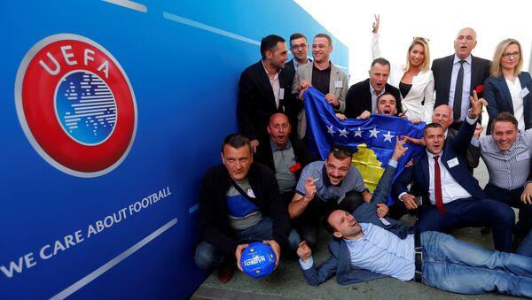 Чланови медијског тима Косова славe примање тзв. Косова у  УЕФА,  Будимпешта - Sputnik Србија