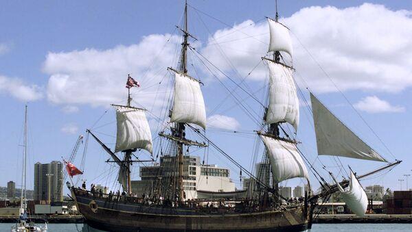 Replika broda Endevor Kapetana Džejmsa Kuka napušta luku Honolulua - Sputnik Srbija