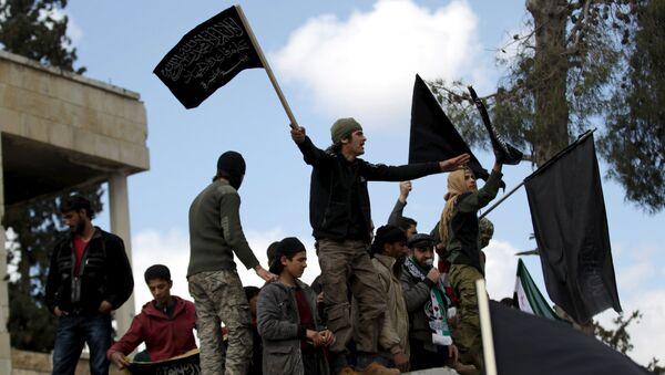 Демонстранти носе заставе терористичке организације  Нусра Фронта у Идлибу - Sputnik Србија