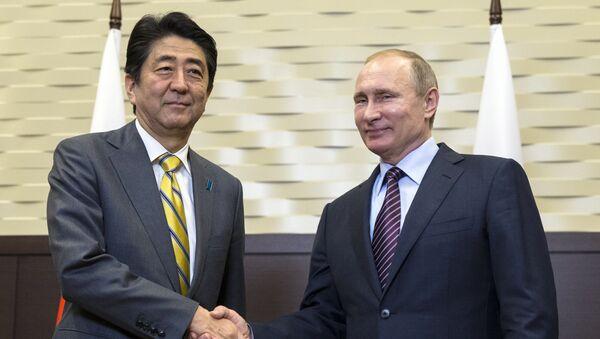 Ruski predsednik Vladimir Putin i japanski premijer Šinzo Abe rukuju se pre sastanka u Sočiju. - Sputnik Srbija