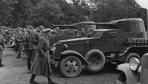 Немачки војници посматрају совјетска оклопна возила БА-10 у пољском Лублину - Sputnik Србија