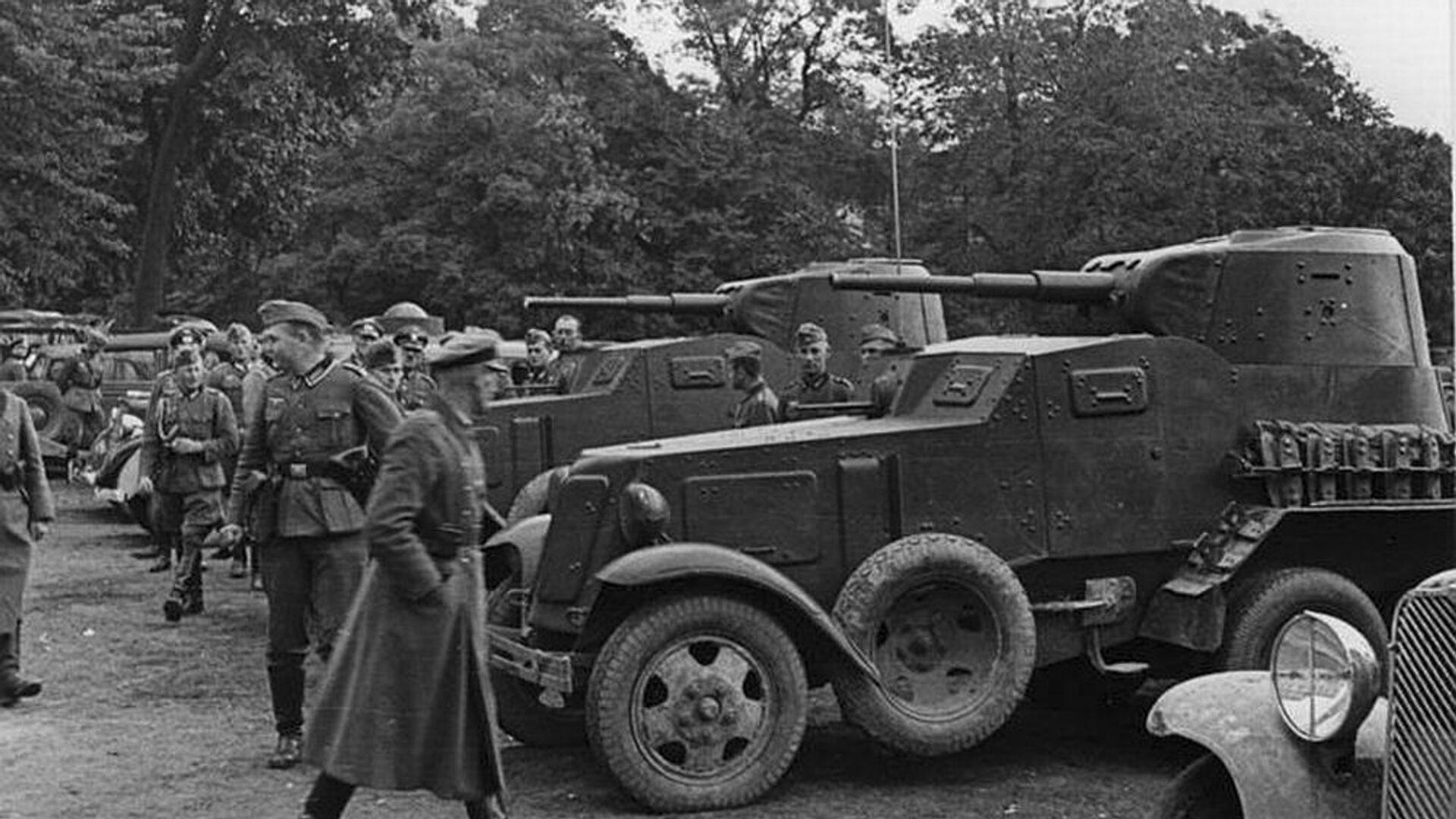 Nemački vojnici posmatraju sovjetska oklopna vozila BA-10 u poljskom Lublinu - Sputnik Srbija, 1920, 02.10.2021