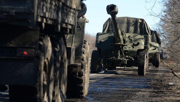 Povlačenje kolone teške vojne opreme iz Donjecka - Sputnik Srbija