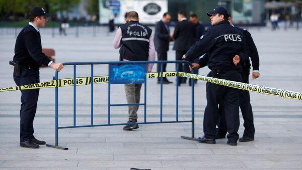 "Turska policija obezbeđuje mesto na kom je napadnut Kan Dundar, glavni urednik lista ""Džumhurijet"" u Istanbulu, 6. maj 2016. - Sputnik Srbija"
