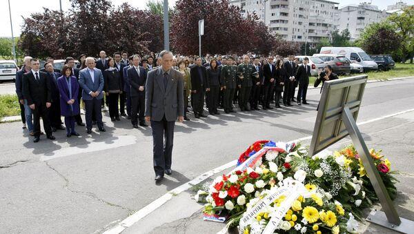 Амбасадор Кине у Србији Ли Манћанг полаже венац на месту где је НАТО бомбардовао кинсеку амбасаду 1999. године. - Sputnik Србија