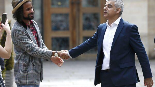 Градоначелник Лондона Садик Кан рукује се са грађанима. - Sputnik Србија