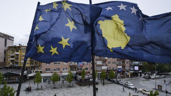 Заставе ЕУ и Косова на главном тргу у Приштини - Sputnik Србија