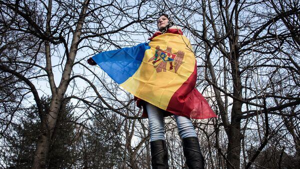 Žena umotana u zastavu Moldavije - Sputnik Srbija