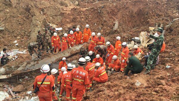 Више од 400 кинеских спасилаца наставља да трага за 41 грађевинским радником несталим у одрону земље на градилишту хидроелектране на југу Кине - Sputnik Србија