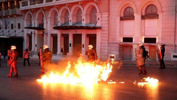 Протест испред грчког парламента у Атини. - Sputnik Србија