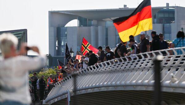 Протест десничара против миграната, ислама и немачке канцеларке Ангеле Меркел у Берлину, 7. мај 2016. - Sputnik Србија