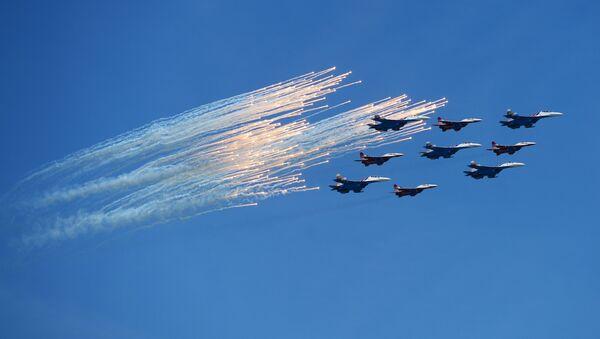 """Ловци Су-27 аеробатске групе """"Руски витезови"""" и МиГ-29 групе """"Стрижи"""" на војној паради у Москви поводом 71. годишњице победе у Великом отаџбинском рату, на Дан победе, 9. мај 2016. - Sputnik Србија"""
