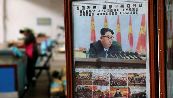 Novine sa liderom Severne Koreje Kim Džong Unom na naslovnoj stranici - Sputnik Srbija